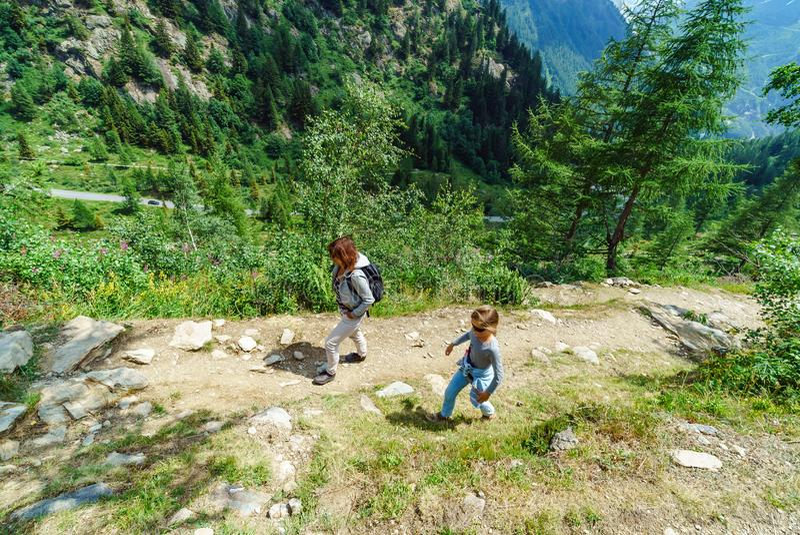 Familie die in bergen, Alpen, Frankrijk, zonnige dag wandelen stock foto
