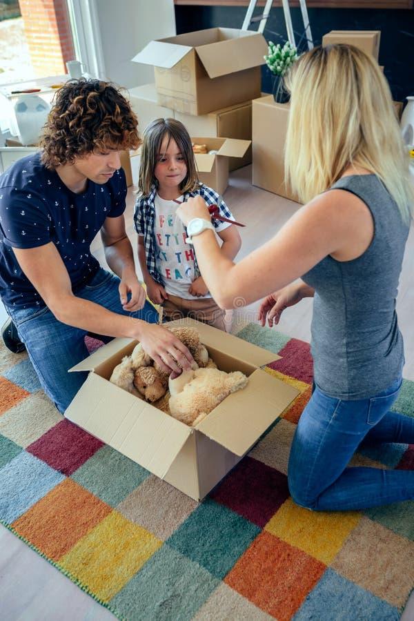 Familie die bewegende speelgoeddoos voorbereiden stock foto