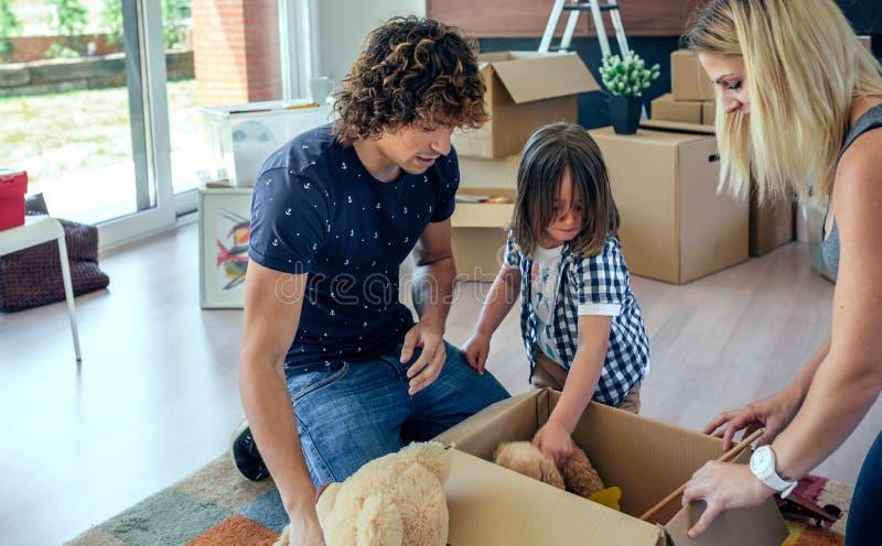 Familie, die bewegliche Spielzeugkiste vorbereitet lizenzfreie stockbilder