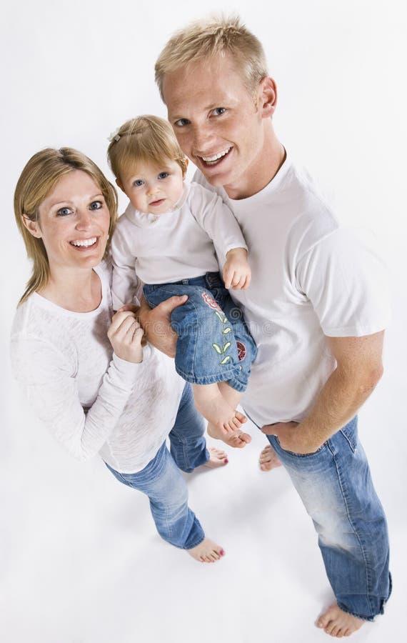 Familie die bij Camera glimlacht stock afbeelding
