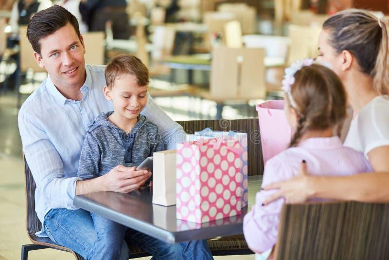 Familie die bij de wandelgalerij winkelen stock foto
