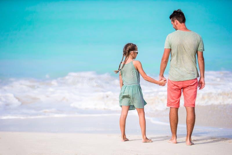 Familie die bij tropisch strand samen in Caraïbisch eiland van Antigua en Barbuda lopen royalty-vrije stock foto's