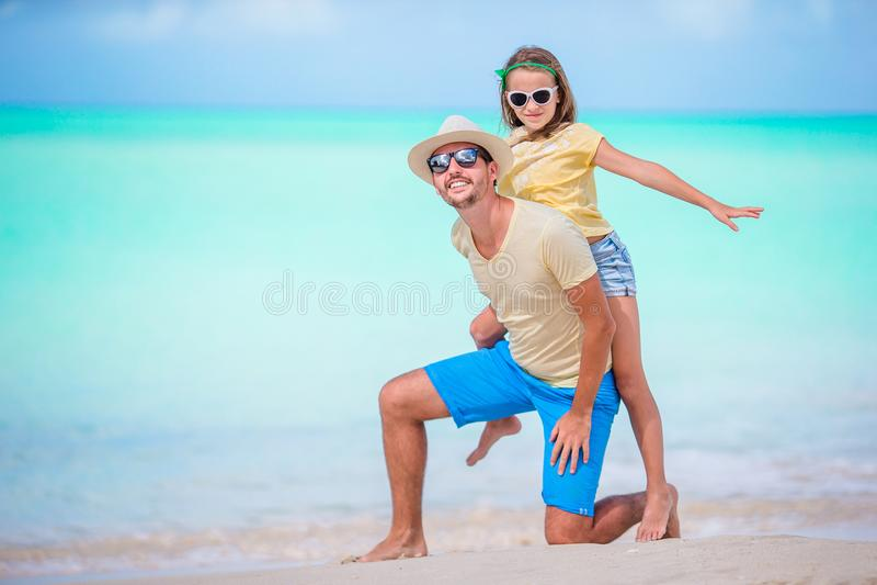 Familie die bij tropisch strand samen in Caraïbisch eiland van Antigua en Barbuda lopen royalty-vrije stock foto