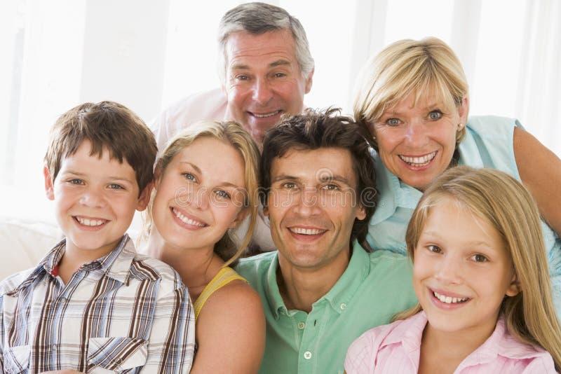 Familie die binnen samen glimlacht stock foto's