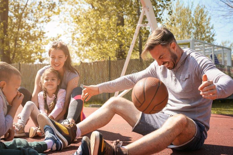 Familie, die Bruch nach Spielen hat lizenzfreie stockfotos