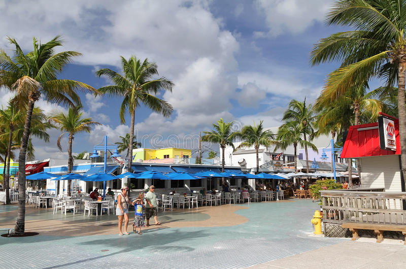 Familie die buiten in Times Square, Fort Myers, Florida lopen royalty-vrije stock afbeelding
