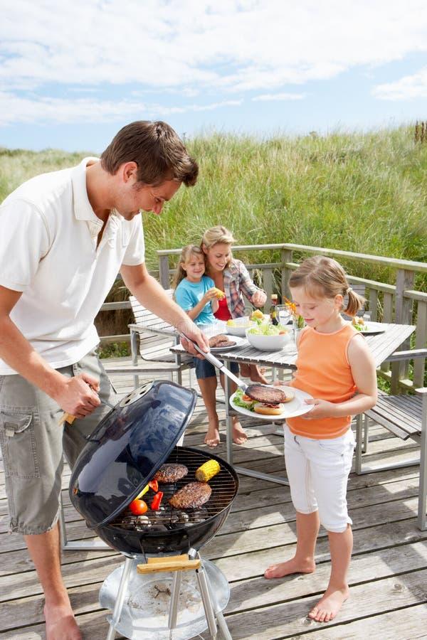 Familie die burgers heeft van de grill royalty-vrije stock foto
