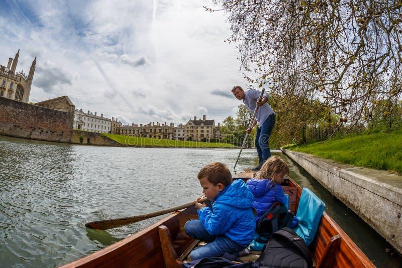 Familie die in Cambridge wegschoppen royalty-vrije stock fotografie
