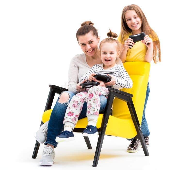 Familie, die Computerspiele mit Steuerknüppel spielt lizenzfreie stockfotos