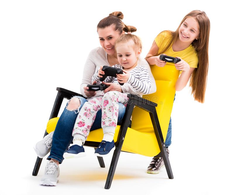 Familie, die Computerspiele mit Steuerknüppel spielt lizenzfreie stockfotografie