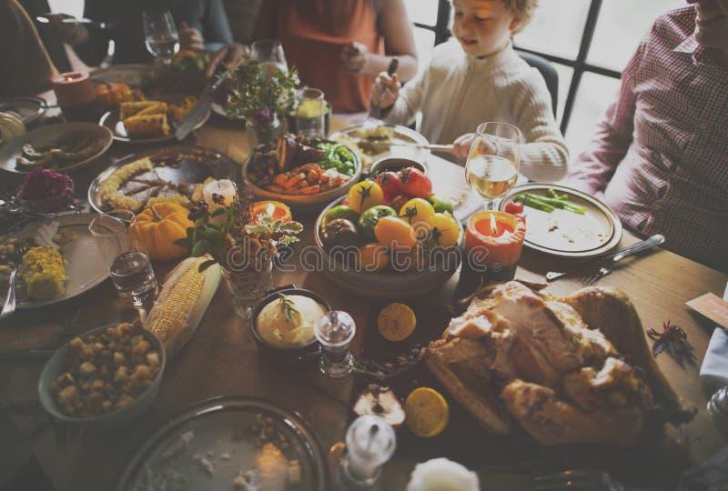 Familie, die Danksagungs-Partei-Konzept feiernd isst