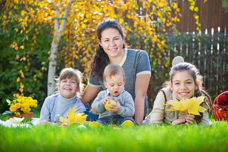 Familie, die das Picknick im Freien hat lizenzfreie stockfotos