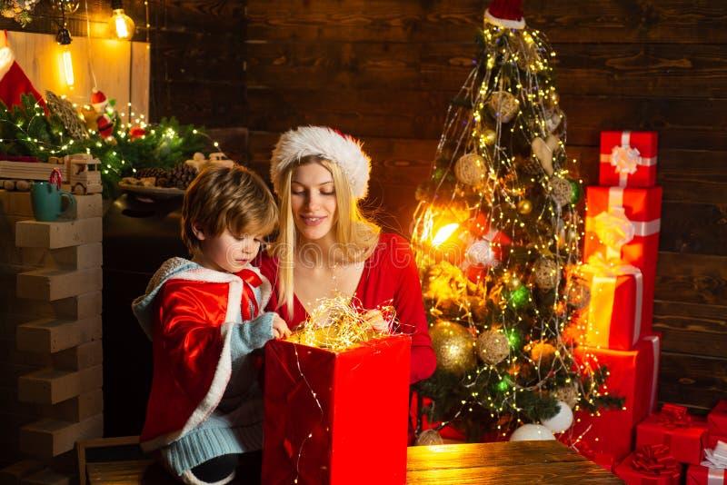 Familie die de boom van pret thuis Kerstmis hebben Mamma en jong geitje de vooravond van spel samen Kerstmis Ge?soleerd op witte  stock foto's