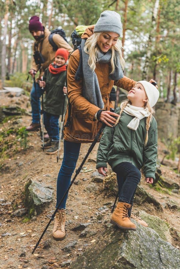 Familie die in de herfstbos lopen stock foto's