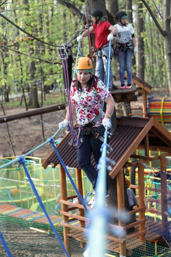 Download Familie Die De Kabel Beklimmen Stock Afbeelding - Afbeelding bestaande uit extreem, helm: 54083491