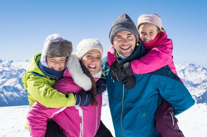 Familie die de winter van vakantie genieten royalty-vrije stock afbeeldingen