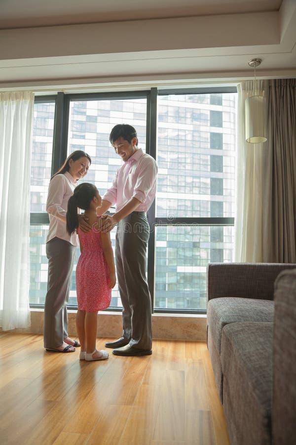 Familie die in de woonkamer spreken stock afbeelding