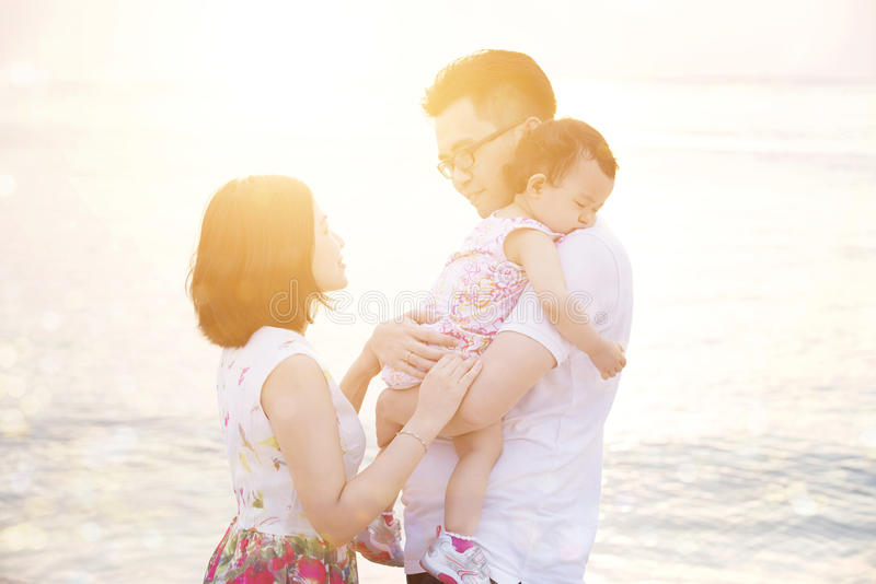 Familie die de zomer van vakantie genieten bij kust royalty-vrije stock foto