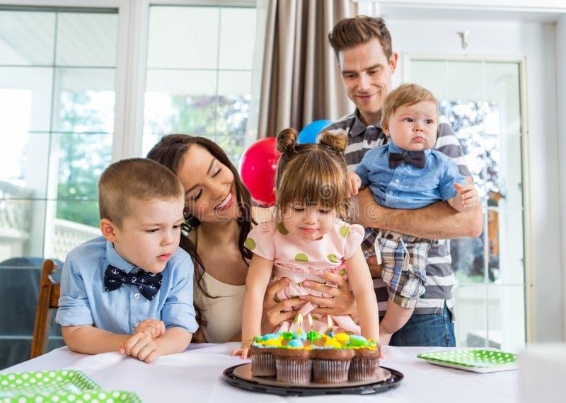 Familie, die den Geburtstag des Mädchens feiert stockfotografie