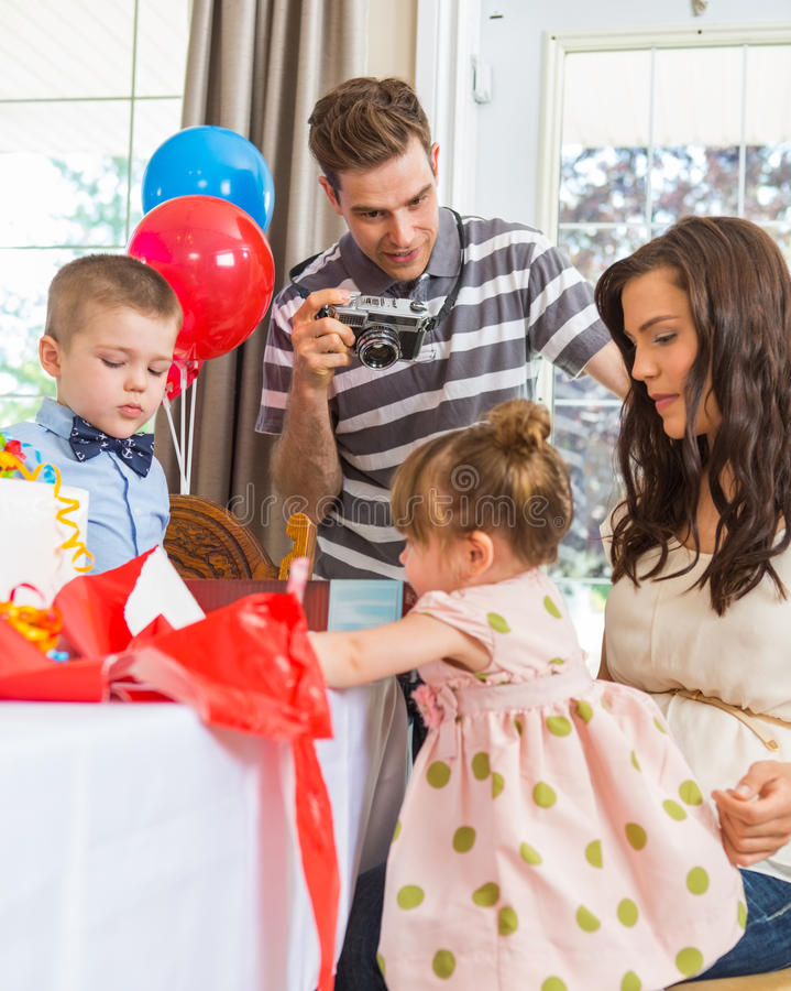 Familie, die den Geburtstag des Mädchens feiert stockbilder