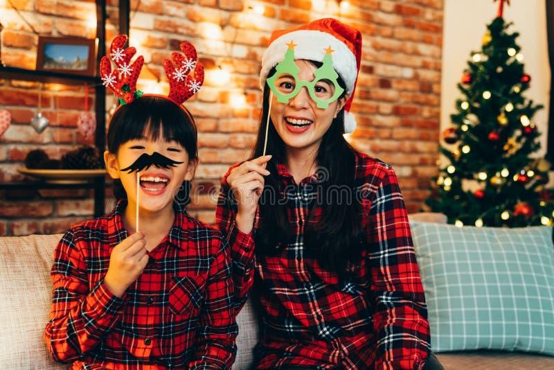 Familie, die den Spaß spielt mit Papierdekoration hat lizenzfreies stockbild