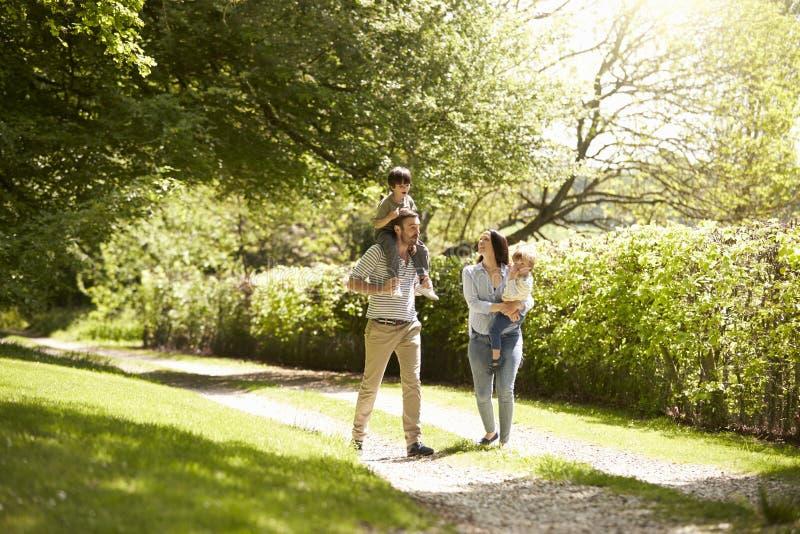 Familie, die in der Sommer-Landschaft spazierengeht lizenzfreie stockbilder