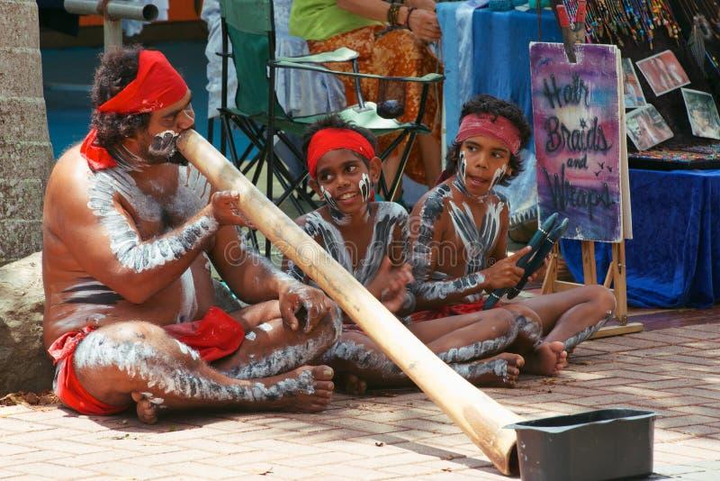 Familie die Didgeridoo speelt stock foto