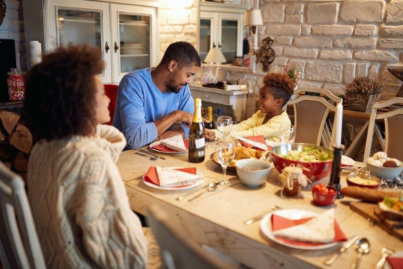 Familie die diner hebben thuis bij Kerstmisvooravond Het concept van de de wintervakantie stock fotografie
