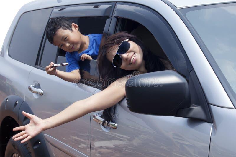 Familie die door auto reist stock afbeeldingen