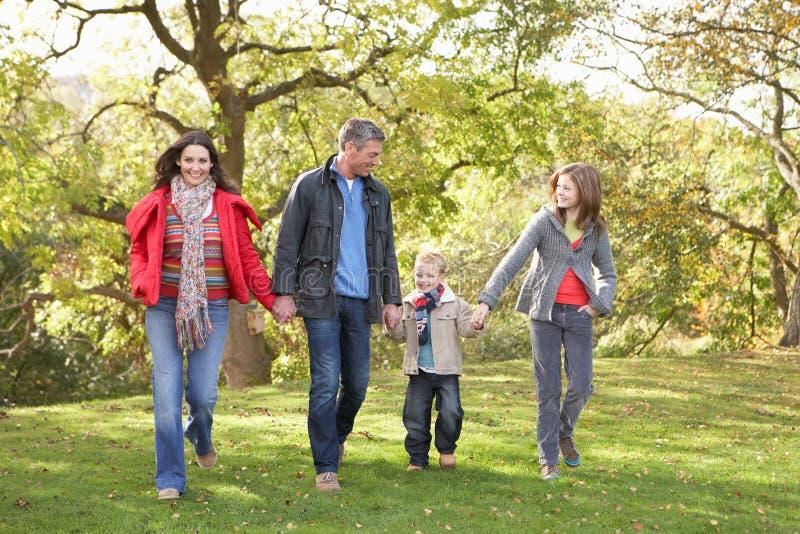 Familie, die draußen durch Park geht stockfotos