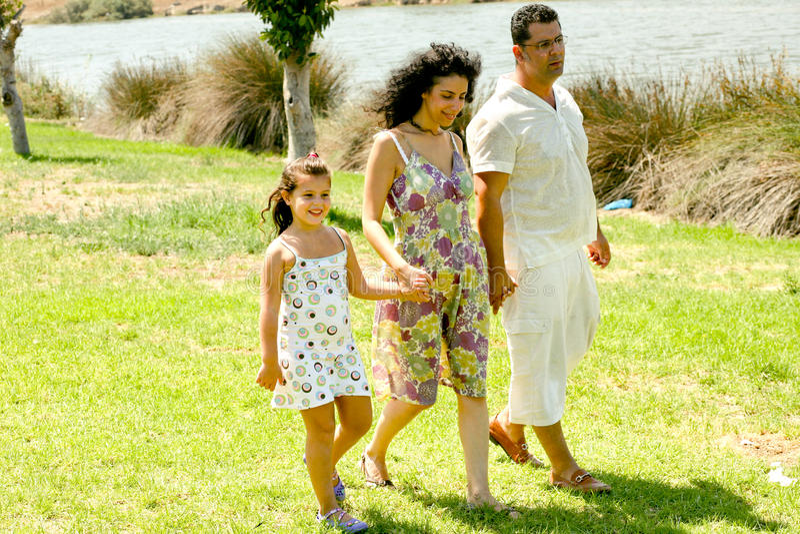 Familie, die draußen geht lizenzfreies stockfoto