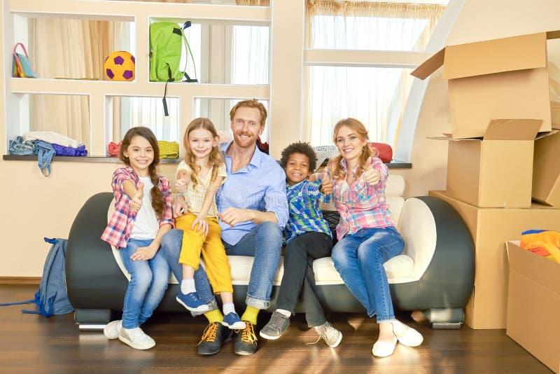 Familie die duimen tonen, dozen stock foto
