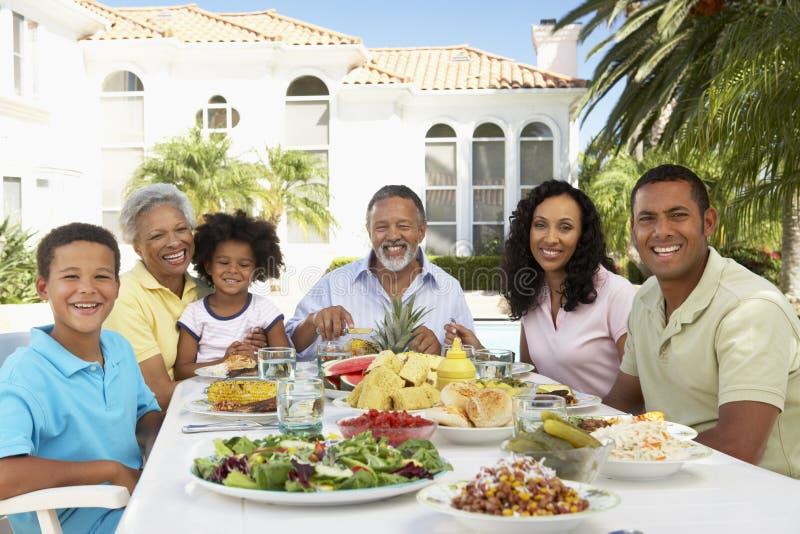 Familie die een Al Maaltijd van de Fresko eet royalty-vrije stock afbeelding