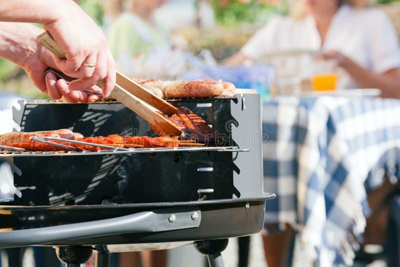 Familie die een barbecue heeft royalty-vrije stock afbeelding