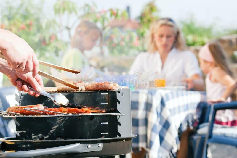 Familie die een barbecue heeft royalty-vrije stock foto