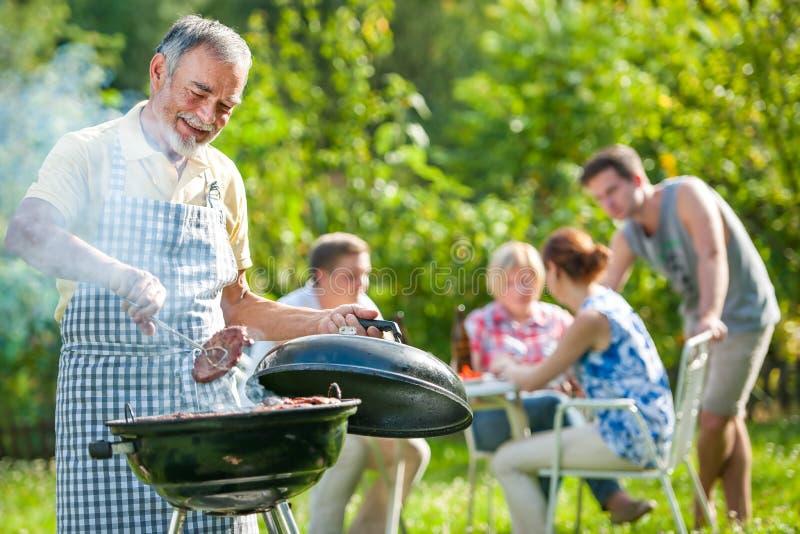 Familie die een barbecuepartij heeft royalty-vrije stock fotografie