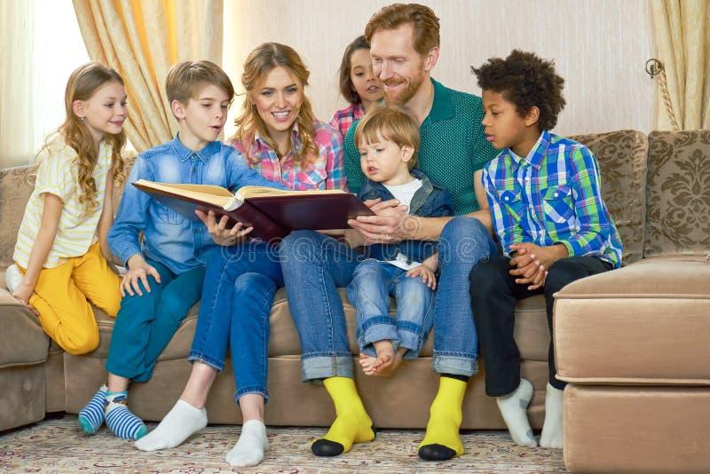 Familie die een boek leest royalty-vrije stock fotografie