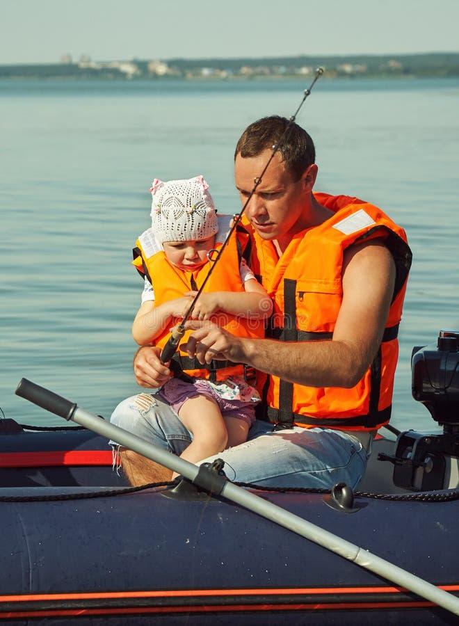 Familie die in een boot op de rivier vissen Vader met dochter stock fotografie