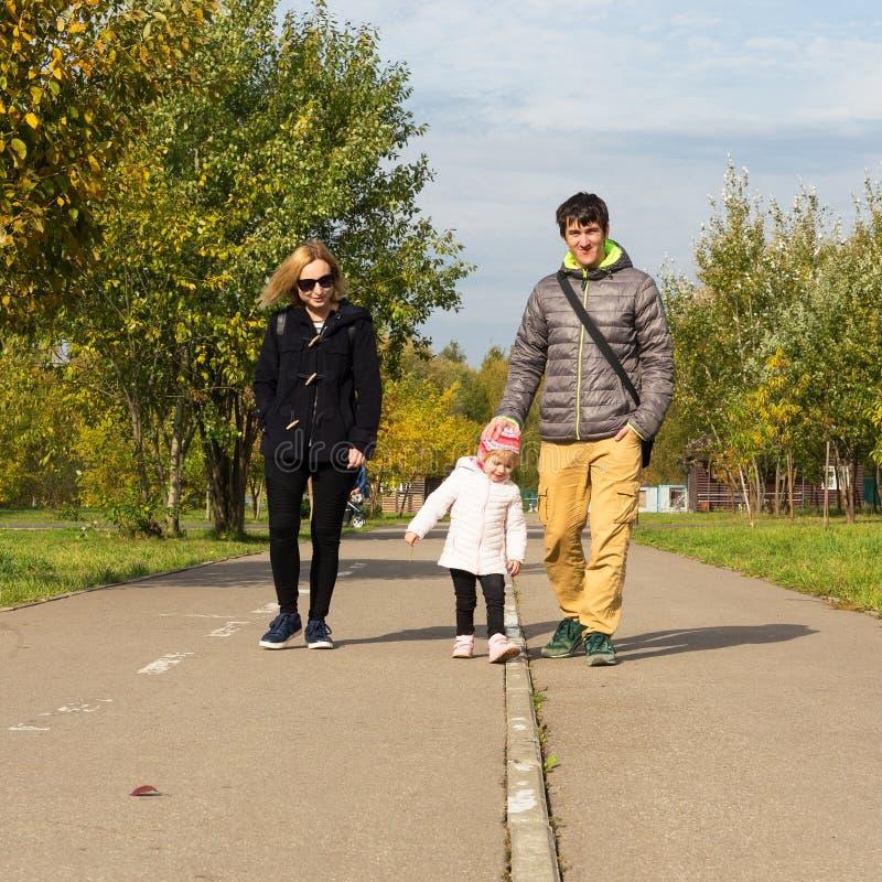 Familie die in een park loopt royalty-vrije stock afbeelding