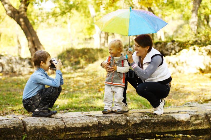 Familie die in een park rust royalty-vrije stock foto's