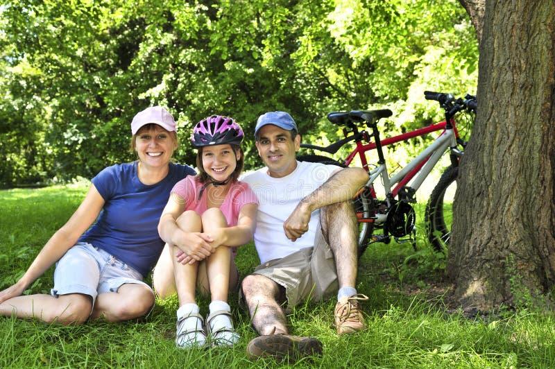 Familie die in een park rust stock foto