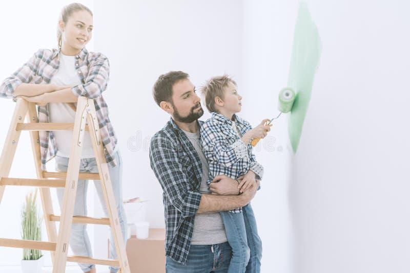 Familie die een ruimte samen schilderen royalty-vrije stock foto's