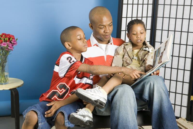 Familie die een verhaal leest royalty-vrije stock fotografie