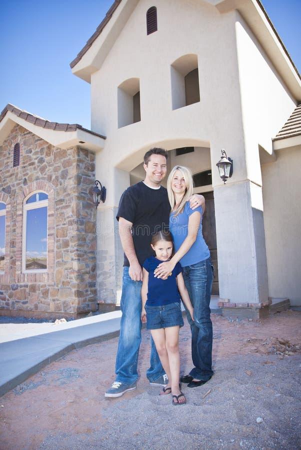 Familie, die ein neues Haus aufbaut (im Bau) stockfotografie