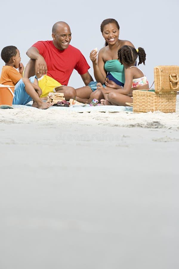 Familie, die ein Picknick hat stockfotos
