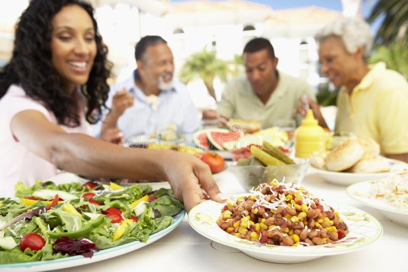 Familie, die eine Al-Fresko-Mahlzeit isst lizenzfreie stockfotografie