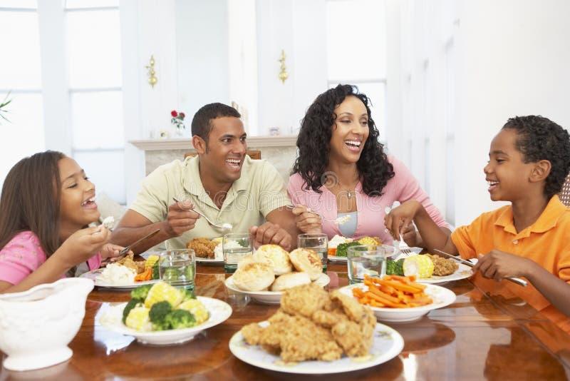 Familie, die eine Mahlzeit zu Hause hat stockfotos