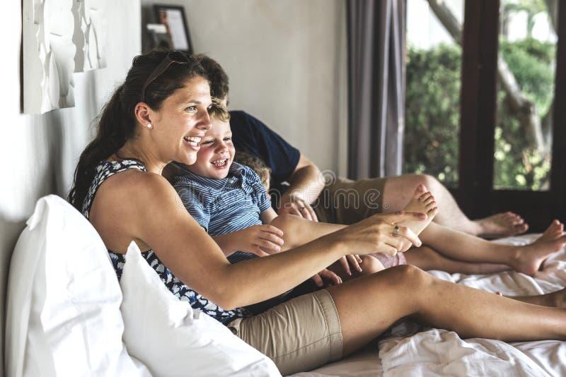 Familie, die in einem Hotel in der Sommerzeit bleibt lizenzfreie stockfotografie