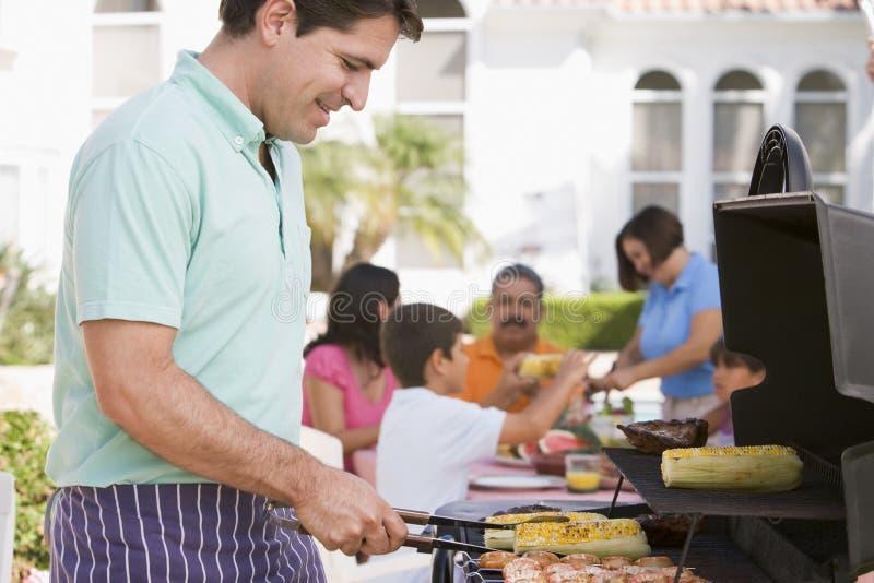 Familie, die einen Grill genießt lizenzfreies stockfoto