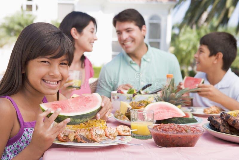Familie, die einen Grill genießt lizenzfreie stockfotografie